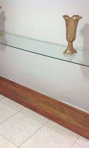 Aparador de madeira com vidro