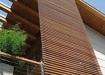 Fachada de vidro e madeira