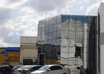 Fachada pele de vidro residencial