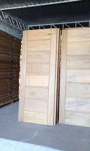 Instalação de portas de madeira