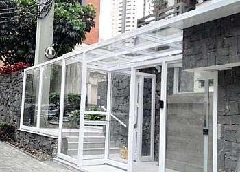 Fachada com vidro branco